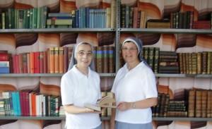 Due suore della carità in biblioteca